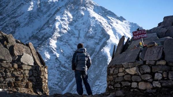 Ia bernama Nate Menninger. Pemuda petualang 26 tahunini berasal dari Boston, AS dan jadi warga luar pertama yang menjadi porter di Gunung Everest.