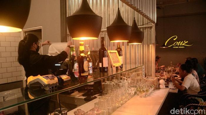 Pengunjung menikmati santap siang disalah satu restoran yang sudah menerapkan makan di tempat sesuai dengan anjuran Pemerintah Provinsi DKI Jakarta di masa PSBB transisi