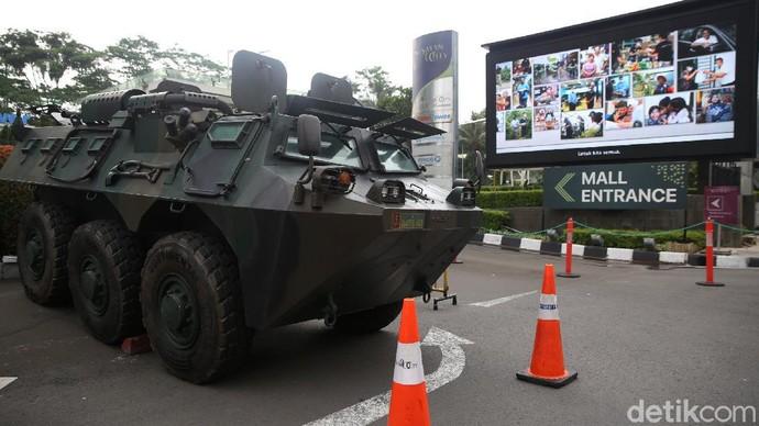 Pengamanan di pusat perbelanjaan diperketat di tengah demo tolak omnibus law UU Cipta Kerja di Jakarta. Salah satu rantis yang dikerahkan TNI adalah Panser Anoa