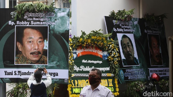 Suasana rumah duka Thiong Thing Solo tempat disemayamkan sementara pengusaha Robby Sumampow, Surakarta, Jawa Tengah, Selasa (13/10). Robby wafat di Singapura saat menjalani pengobatan.