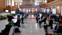 Universitas di Bandung menggelar prosesi wisuda tatap muka di tengah pandemi COVID-19. Sejumlah protokol kesehatan pun diterapkan untuk cegah penyebaran Corona.