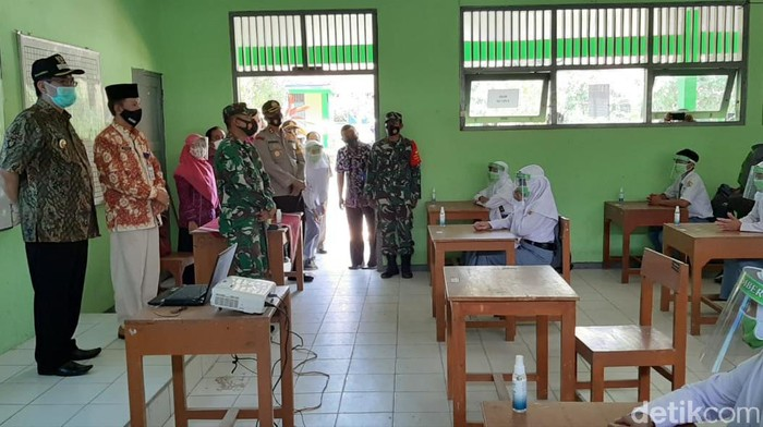 Suasana simulasi sekolah tatap muka di SMAN 1 Sumber, Rembang, Selasa (13/10/2020).