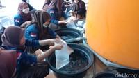 Sejumlah pemuda setempat sibuk mewadahi air salamun di kompleks Masjid Jami Wali Al-Mamur Desa Jepang.Air salamun berasal dari sumur peninggalan Sunan Kudus yang berada di komplek Masjid Wali.