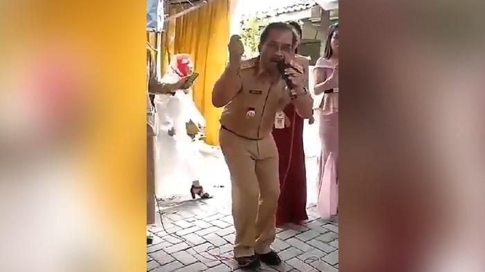Beredar video yang menampakkan Bupati Blora Djoko Nugroho sedang asyik bernyanyi sambil berjoget di tengah acara hajatan warga di desa Pilang, Kecamatan Randublatung. Djoko bernyanyi bersama ASN lain dengan seragam dinas dan tak menggunakan masker.