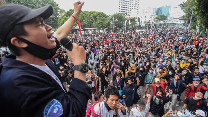 Sejumlah mahasiswa menggelar aksi orasi di kolong rel Gambir, Jakarta Pusat, Selasa (13/10/2020).