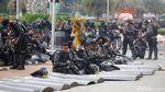 Tembakan Gas Air Mata Pukul Mundur Massa Ricuh di Patung Kuda