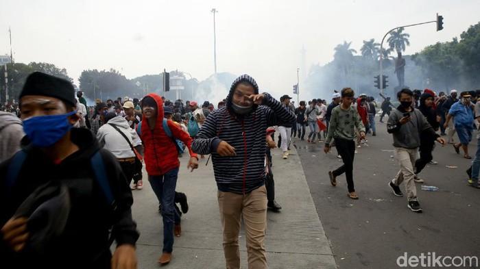 Polisi menembakkan gas air mata pada massa ricuh di kawasan Patung Kuda Arjuna Wiwaha. Seperti apa potretnya?