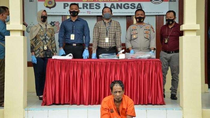 Tersangka pembunuh bocah yang cegah ibu diperkosa dihadirkan dalam rilis kasus di Polres Langsa, Aceh.