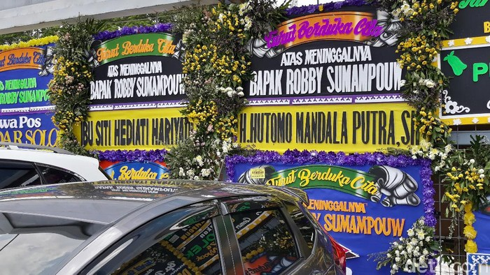 Sejumlah karangan buka duka cita terpasang di area rumah duka pengusaha Robby Sumampow. Karangan bunga itu berasal dari Titiek hingga Tommy Soeharto.