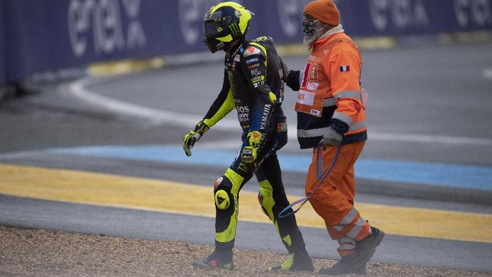 LE MANS, FRANCE - OCTOBER 11: Valentino Rossi of Italy and Monster Energy Yamaha MotoGP Team with marshall staff after crashed out during the MotoGP of France on October 11, 2020 in Le Mans, France. (Photo by Mirco Lazzari gp/Getty Images)