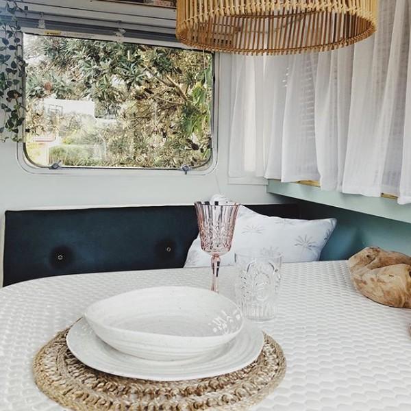 Van setinggi 14 kaki ini juga memiliki dapur kecil yang nyaman, dan cocok untuk mengakomodasi liburan keluarga yang santai. Paduan interiornya terinspirasi oleh lingkungan sekitar, dengan warna putih keripik, hijau kalem, dan aksen kuningan yang melengkapinya. Mereka menamakan van ini Vinnie.