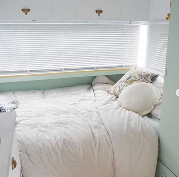 Mereka menambahkan tempat tidur ganda dan ruang makan yang bisa diubah menjadi ruang tidur untuk anak-anak.