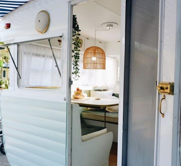 Patrick yang seorang tukang kayu dan Jade yang ahli desain interior memadukan ide mereka merombak sebuah van tua yang mereka temukan di Facebook pada tahun 2018. Karena tidak ada kegiatan, mereka sulaplah mobil tua ini.
