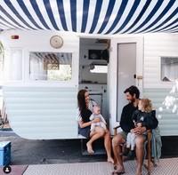 Pasangan asal Australia bernam Jade dan Patrick merombak sebuah van tua menjadi mobil yang kekinian. Mobil ini mereka gunakan untuk bepergian liburan bersama putri kecil mereka.