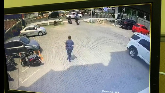 Aksi pencurian motor milik sekuriti bank Mega Karawang terekam CCTV