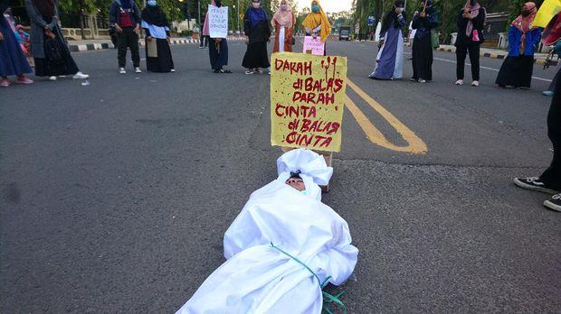 Aksi pocong jadi-jadian dalam demo tolak omnibus law di Cilegon, Banten