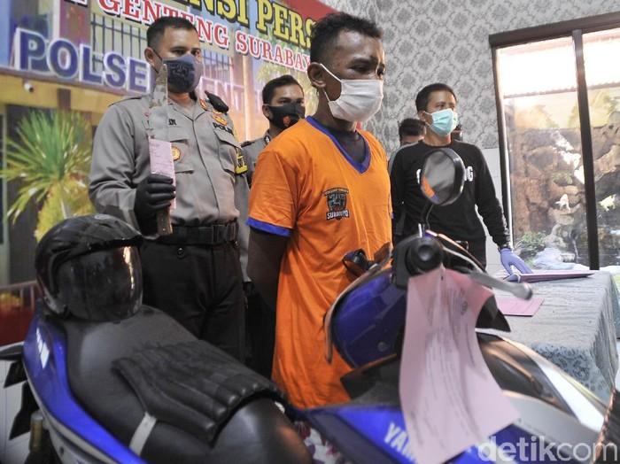 Seorang driver ojol di Surabaya menjadi korban pembegalan penumpangnya sendiri. Pelaku merupakan seorang residivis.