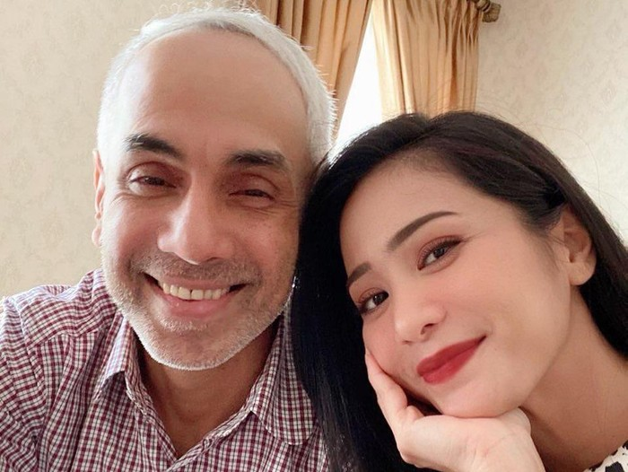 Bunga Zainal dan suaminya
