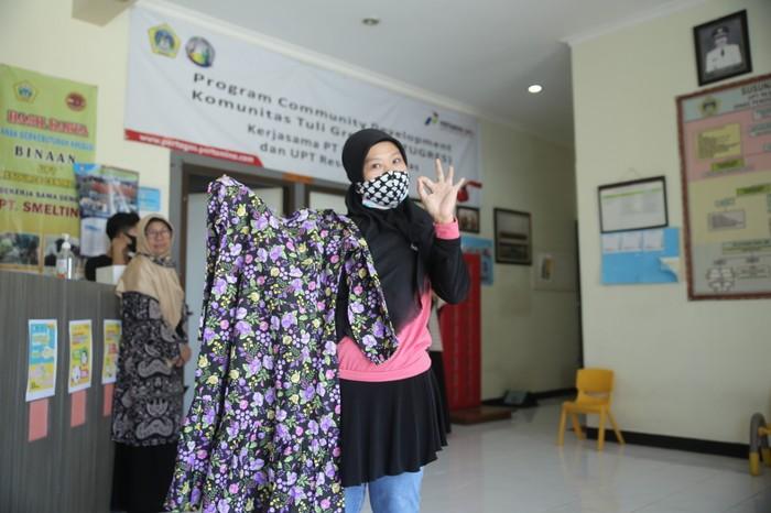 Enam anggota Komunitas Tuli Gresik (Kotugres) penerima CSR PT Pertamina Gas mempresentasikan karya desain fesyen yang mereka buat.