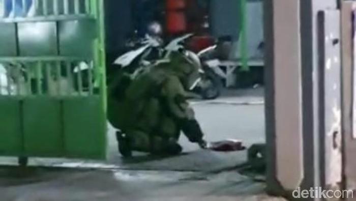 Tim Gegana evakuasi tas di sebuah Pagar Kelurahan Pacar Kembang. Isinya selang gas, regulator dan kitab beraksara Arab.