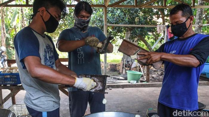 Para pekerja memasak keripik singkong di kawasan Gunung Sindur, Bogor, Rabu, (14/10/2020).  Dalam sehari, UMKM keripik merek 'Berlian' tersebut mampu menghabiskan bahan baku singkong mentah hingga 100kg/hari. Keripik singkong dijual mulai Rp 8.000/pax. Keripik dibuat berbagai rasa seperti gurih asin, pedas sambal hingga rasa jagung manis. Selain menjual eceran, keripik tersebut banyak dibeli untuk dijual lagi (reseller) dengan merek berbeda. Selama pandemi, penjualan keripik singkong meningkat seiring naiknya permintaan makanan kudapan/cemilan di rumah.