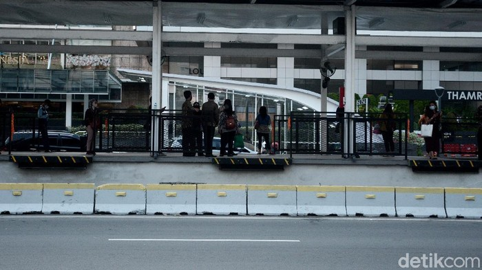 Suasana arus lalu lintas di sektiar kawasan halte Transjakarta koridor bundaran HI arah Blok-M - Kota yang sudah mula beroperasi hari ini meski belum sepenuhnya selesai pembenahan
