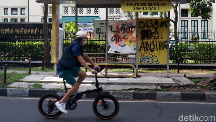 Fasilitas Umum halte bus yang ada di Kota Bandung, Jawa Barat, menjadi sasaran vandalisme oleh orang tidak bertanggungjawab. Seperti halte bus yang ada di depan SMA 5 Kota Bandung yang berada di Jalan Belitung.