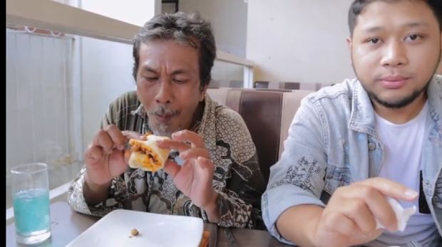 Ini Reaksi Tukang Becak Saat Pertama Kali Makan Pizza