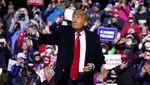 Aksi Trump Lempar Masker ke Pendukung Saat Kampanye