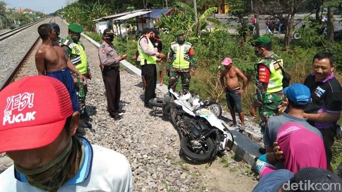 Seorang pelajar di Lamongan dilarikan ke rumah sakit karena terserempet kereta api (KA). Kecelakaan terjadi di perlintasan KA tanpa palang pintu Desa Paji, Kecamatan Pucuk.