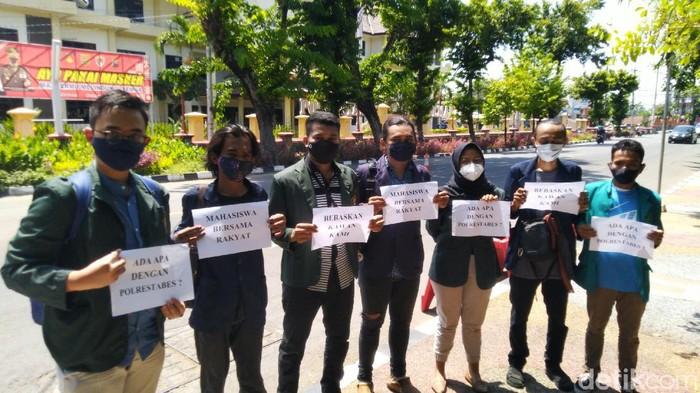 Mahasiswa datangi Polrestabes Semarang minta penangguhan penahanan 4 rekannya, Semarang, Rabu (14/10/2020).