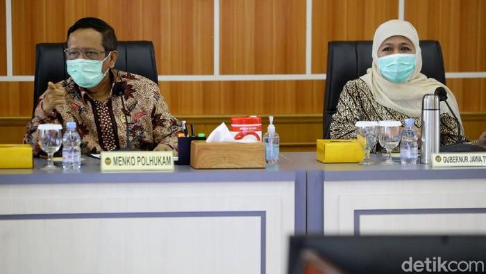 Gubernur Jawa Timur, Khofifah Indar Parawansa mengikuti rakor bersama Menkopolhukam dan Menko Perekonomian terkait sinergitas kebijakan Pemerintah Pusat dan Daerah.
