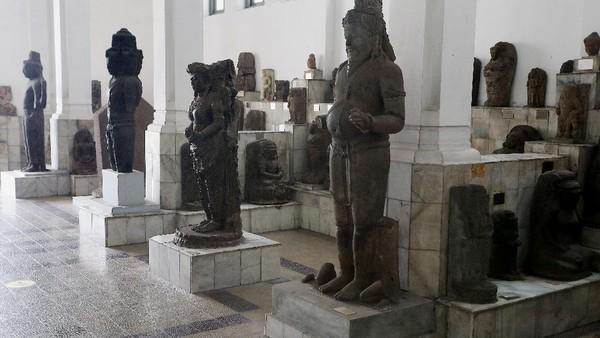 Museum yang masih tutup sementara ini mengoleksi benda-benda kuno dari seluruh Nusantara.