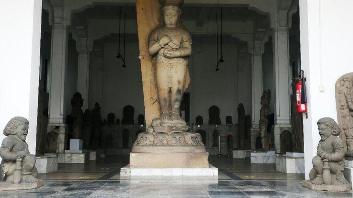 Museum Nasional Indonesia terletak di Jalan Merdeka Barat, Jakarta Pusat. Di masa pemberlakuan PSBB ketat oleh Pemprov DKI Jakarta, Museum Nasional Indonesia sempat ditutup kembali selama beberapa pekan.