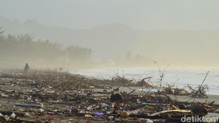 Pantai Cikidang Pangandaran dipenuhi sampah