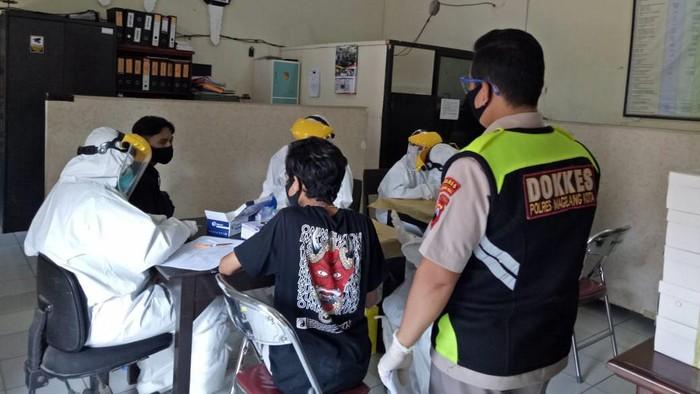 Pelajar yang diamankan akan ikut demo tolak omnibus law di Kota Magelang menjalani rapid test, Selasa (13/10/2020).
