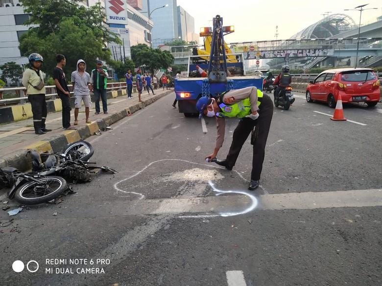 Pemotor Tewas Tertimpa Truk Muatan Hebel di Jalan MT Haryono
