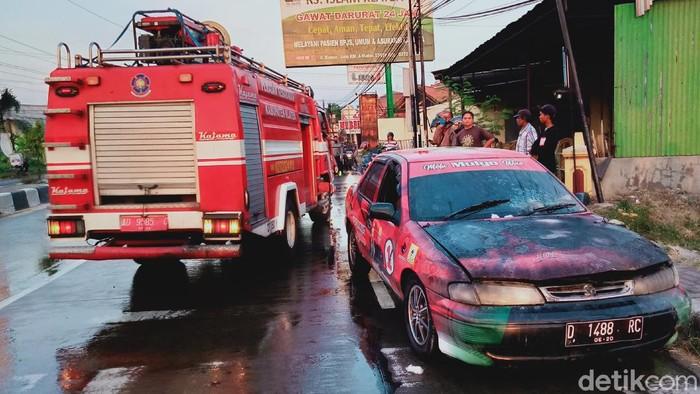 Penampakan mobil berstiker paslon 01 Klaten yang terbakar saat lampu merah, Rabu (14/10/2020).