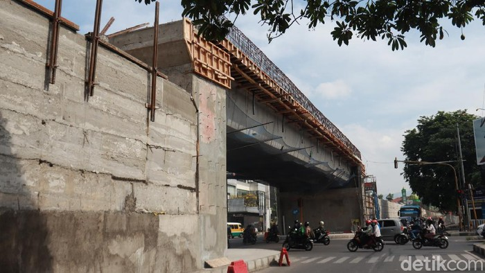 Pembangunan flyover Jalan Laswi-Pelajar Pejuang terus dikebut pengerjaannya. Infrastruktur ini dibangun guna mengatasi kemacetan yang kerap terjadi di lokasi tersebut.