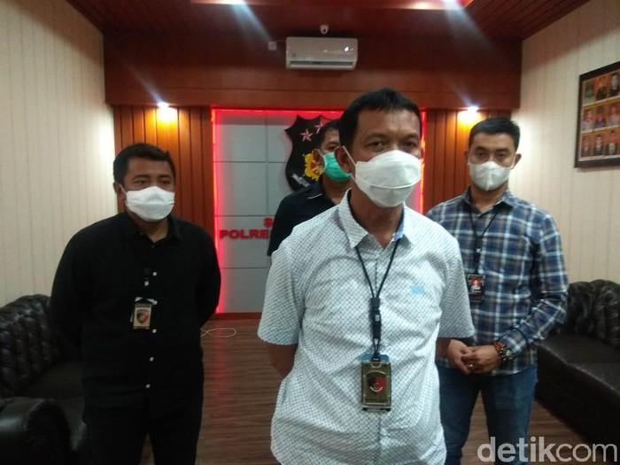 Istri pasien yang melumurkan kotoran ke tiga petugas Satgas COVID-19 Puskesmas Sememi, sudah ditetapkan sebagai tersangka. Ia akan diperiksa kembali.