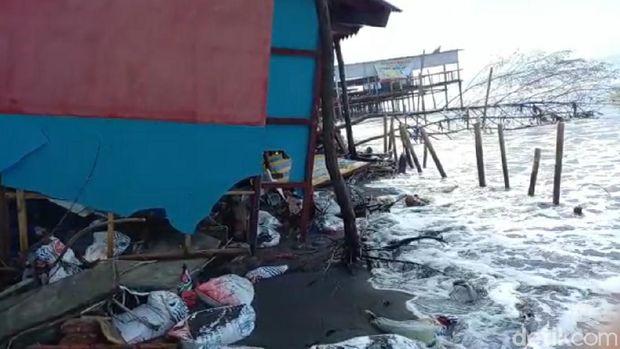 Puluhan warung di Pantai Batam Sari Tegal rusak dihantam ombak, Rabu (14/10/2020).