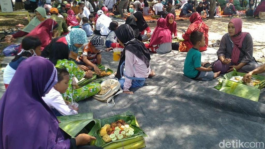 Rebo Wekasan, Warga Banyuwangi Gelar Doa dan Makan Bareng di Pinggir Pantai