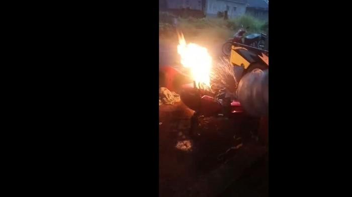 Sebuah motor terbakar di bengkel las Tasikmalaya