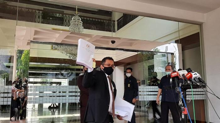 Sekjen DPR Indra Iskandar menyetor naskah final UU Cipta Kerja ke Setneg