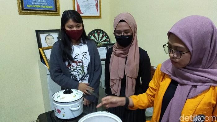 Siswa SMA 20 Makassar bersama mahasiswa KKN UNM Makassar mengolah miras ballo jadi parfum dan minuman sehat (Ibnu Munsir-detikcom).