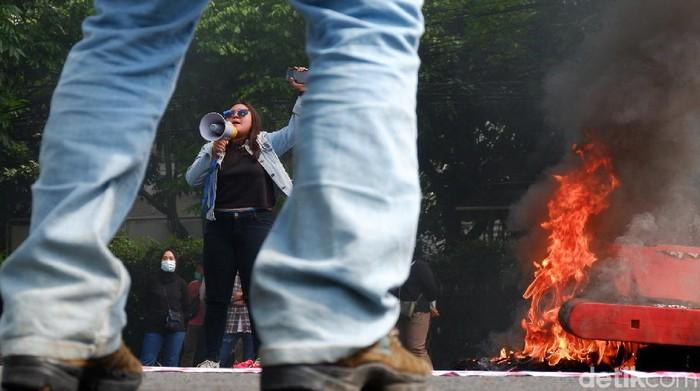 Gelombang demonstrasi tolak omnibus law UU Cipta Kerja masih terus berlanjut. Di Bandung, demo tersebut diwarnai aksi bakar ban hingga pembatas jalan.