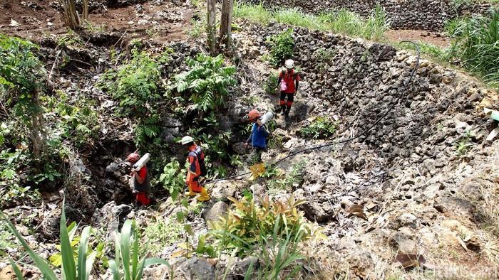 Tim eksplorasi sumber air melakukan pencarian dan test pemompaan air di gua Cikal, Dusun Jeruken, Kalurahan Girisekar, Panggang, Gunung Kidul, Yogyakarta, Kamis (15/10/2020).