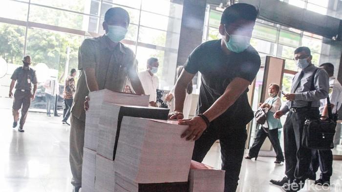 Benny Tjokro dan Heru Hidayat hari ini menjalani sidang tuntutan di Pengadilan Tipikor, Jakarta. Begini tebalnya berkas tuntutan untuk Benny Tjokro dan Heru Hidayat.