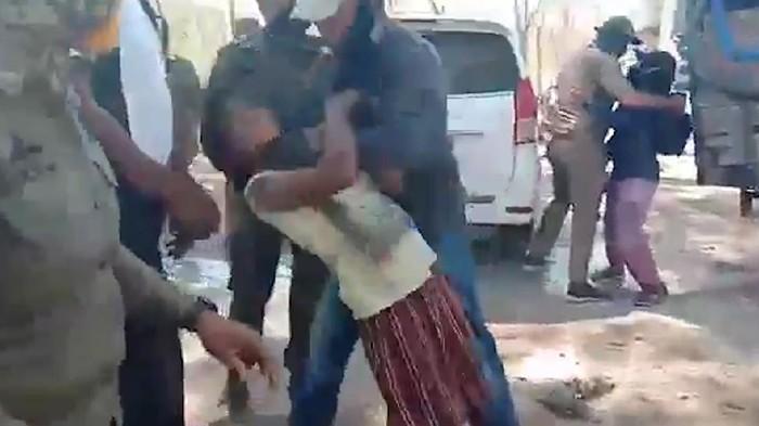 Viral video yang menunjukkan aksi kekerasan di Desa Pubabu-Besipae, Nusa Tenggara Timur (NTT), pada Rabu (14/10). Dalam video tersebut seorang wanita dan anak-anak dianiaya oleh kelompok berseragam Satpol PP.