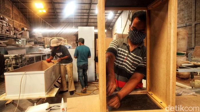 Bisnis pembuatan peti mati jadi peluang usaha yang menjanjikan di tengah pandemi Corona. Tak heran, sejumlah pengusaha kini banting setir memproduksi peti mati.
